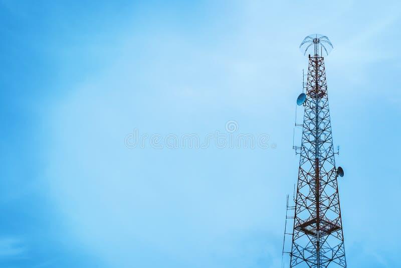 för moscow för områdesstadsdmitrov vinter för torn för telekommunikation natt royaltyfria bilder