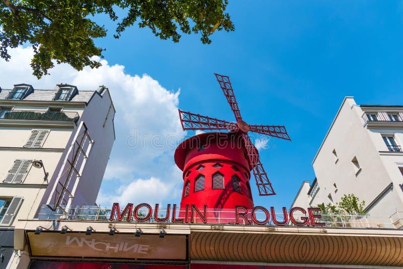 För Moulin för värld berömd kabaret rouge i den Pigalle grannskapen arkivbilder