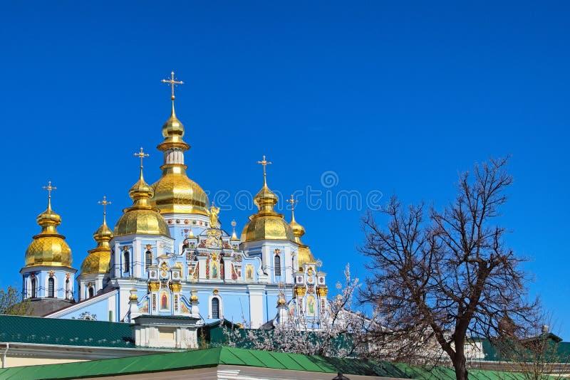 För Mykhailiv för ` för kloster för St Michael ` s Guld--kupolformig Sobor för skyj ` ` - Christian Orthodox domkyrka På den soli arkivfoto