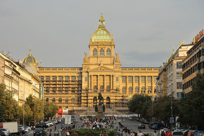 För Národní för nationellt museum byggnad muzeum, Prague Praha, Tjeckien Ceská republika royaltyfria foton