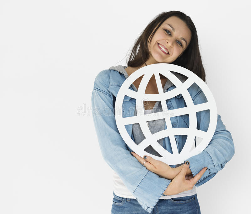 För nätverkandepapper för ung kvinna hållande symbol royaltyfria foton