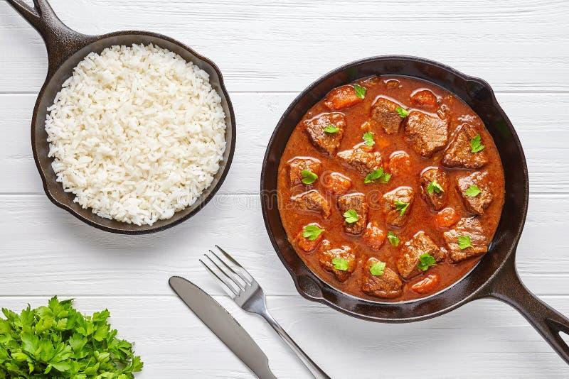 För nötköttkött för gulasch lagade mat den traditionella ungerska matställen för mat för soppa för ragu recept med kryddig skysås arkivbild