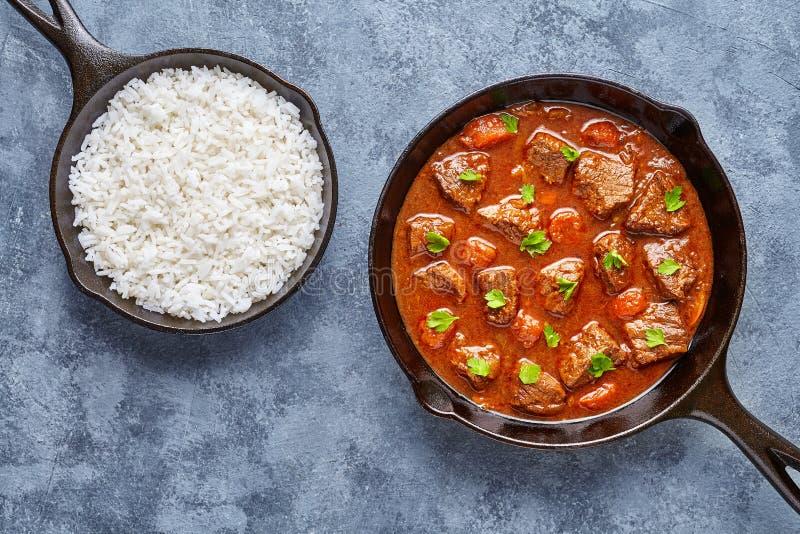 För nötköttkött för gulasch som traditionell hemlagad ungersk mat för soppa för ragu lagas mat med kryddig skysås royaltyfri fotografi