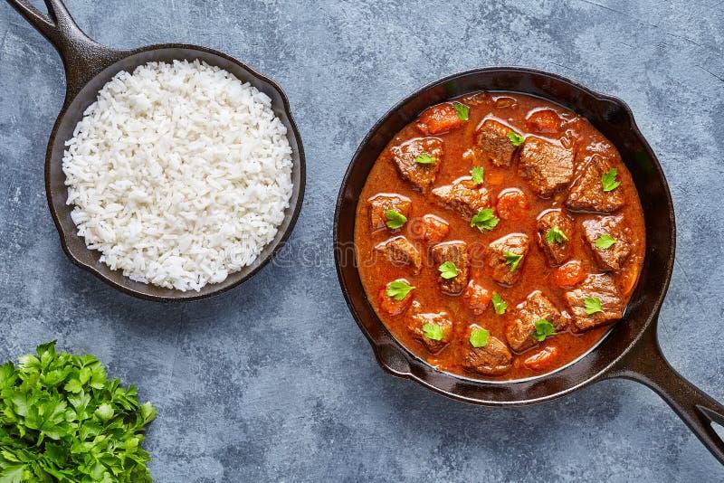 För nötköttkött för gulasch som traditionell ungersk mat för soppa för ragu lagas mat med kryddig skysås i hemlagat mål för gjutj arkivbild