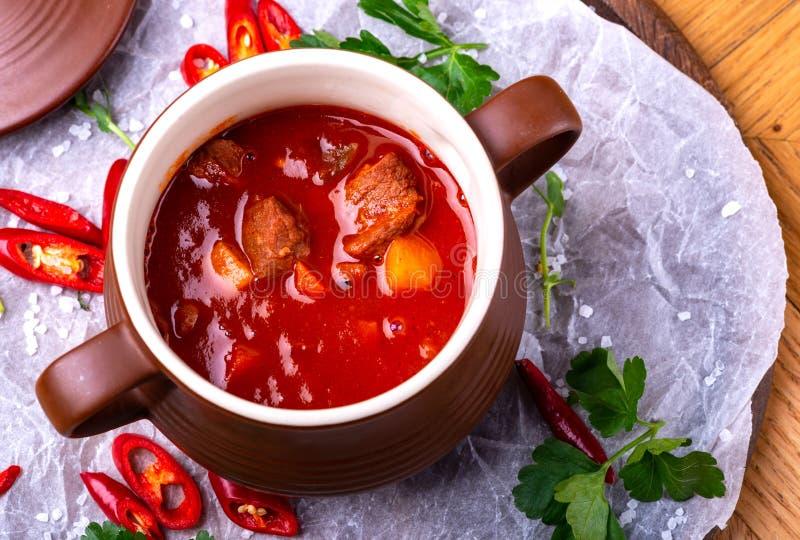 För nötköttkött för gulasch traditionell hemlagad europeisk soppa för ragu, ungersk bograch, närbild, på trätabellen royaltyfria foton