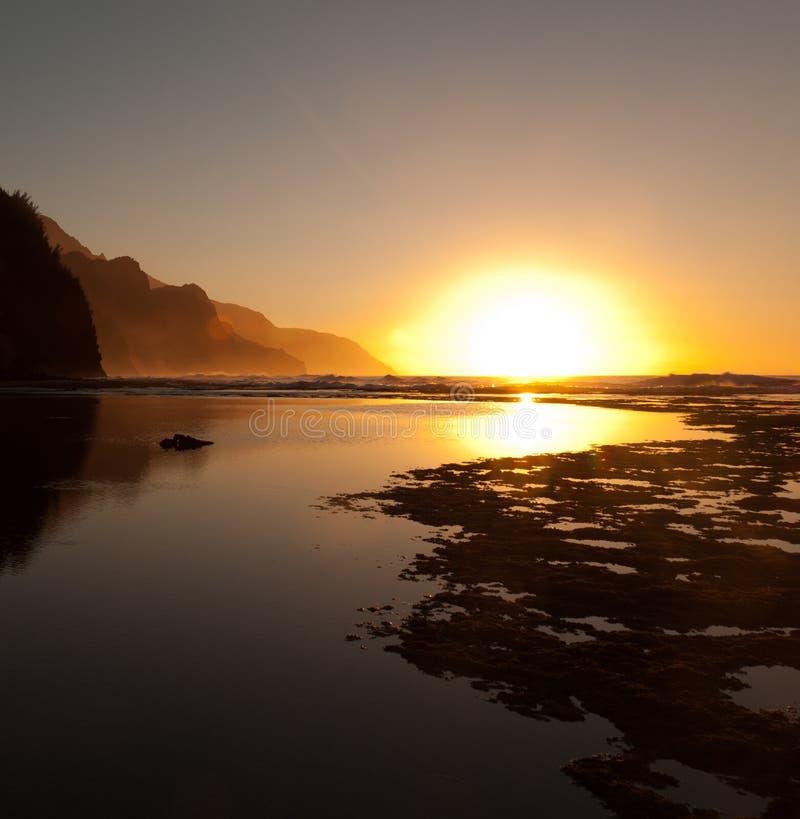 för na-pali för kustlinje dimmig solnedgång arkivfoto
