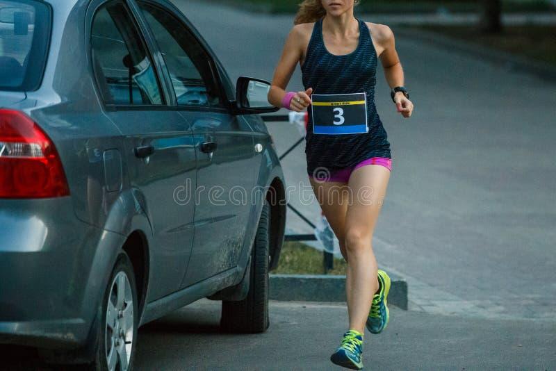 För nattkörning för ung flicka rinnande konkurrens royaltyfri foto