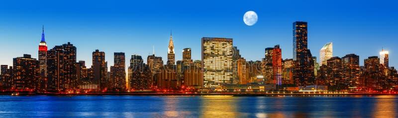 För New York City för sen afton panorama horisont arkivbilder