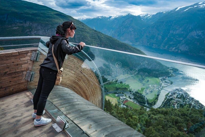 För Norge för natur för Stegastein utkik härlig sikt för däck observation arkivbilder
