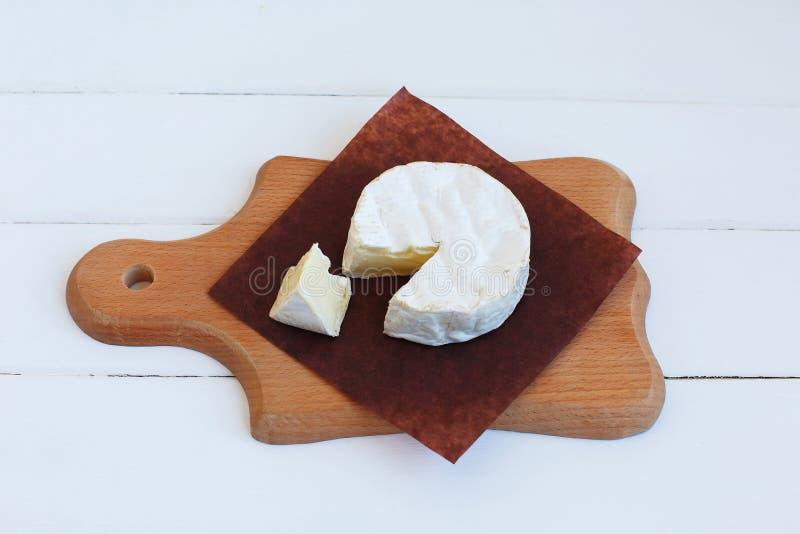 För Normandie för camembertost läcker mat för traditionell fransk gourmet mejeriprodukt för runda på lantligt pergament arkivfoto