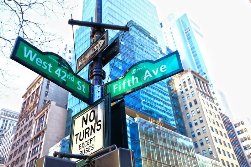 för nyctecken för aveny femte gata arkivfoton