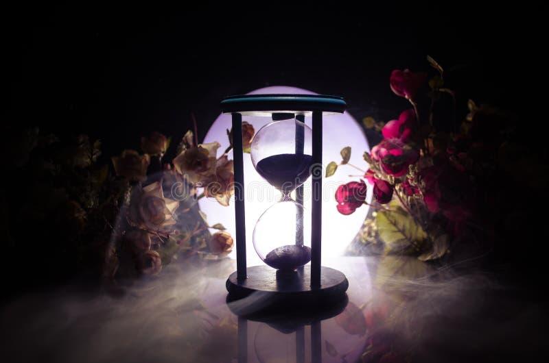 för objekttid för bakgrund begrepp isolerad white Sandpappra bortgången till och med de glass kulorna av ett timglas som mäter de royaltyfri bild