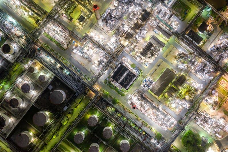 För oljeraffinaderi- och gasraffinaderiväxt för flyg- sikt zon för bransch för form på natten fotografering för bildbyråer