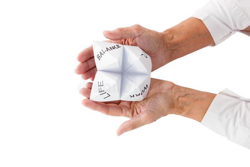För origamiförmögenhet för person hållande kassör royaltyfri fotografi