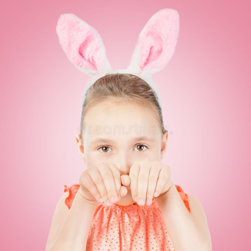 För påskkanin för flicka iklädda öron royaltyfri bild