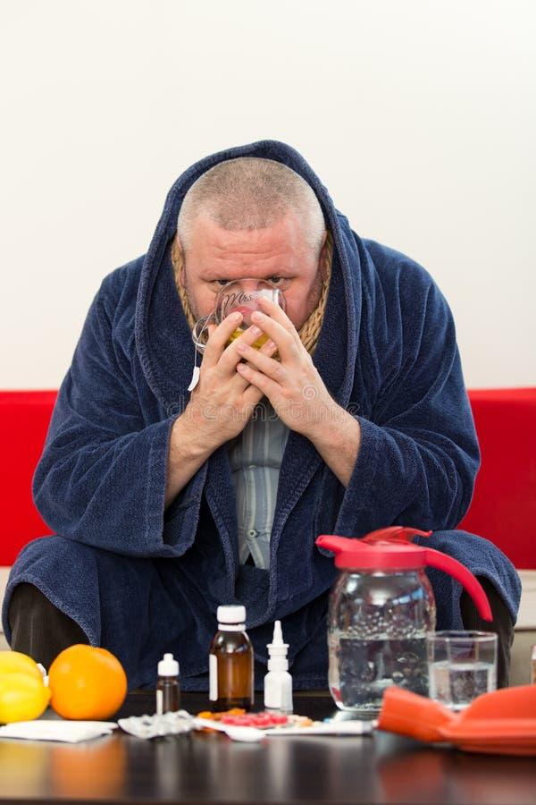 För pajamalidande för sjuk man som bärande virus för influensa för förkylning och för vinter har medicin royaltyfri fotografi