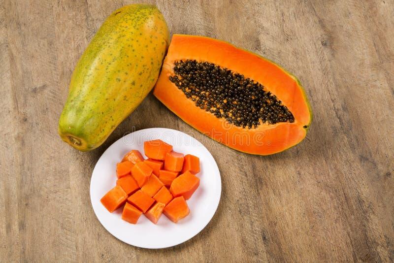För papayamamao för nytt snitt saftig tropisk frukt med frö på Brasilien arkivbild