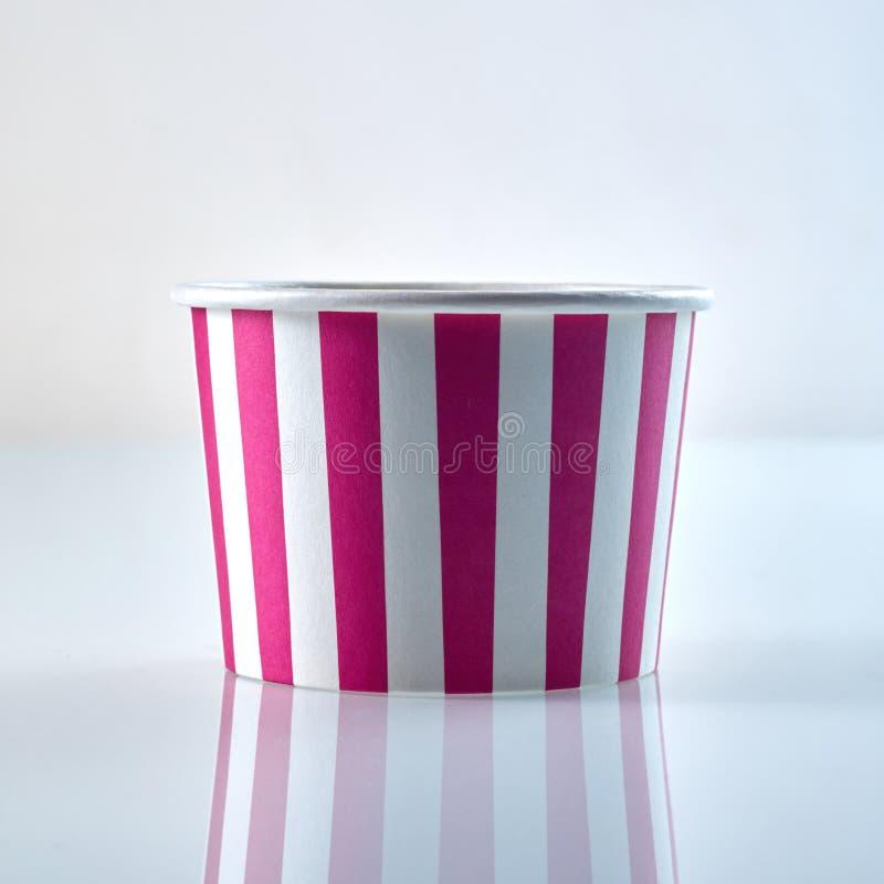 För pappmat för rosa färger och för vit randig behållare royaltyfria foton
