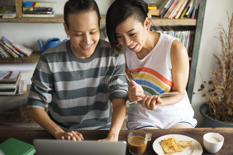 För parögonblick för LGBT lesbiskt begrepp för lycka arkivfoton
