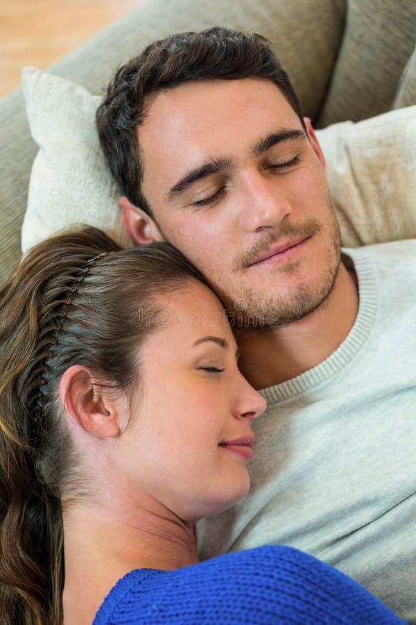 för par avslappnande för sofa barn tillsammans arkivfoto
