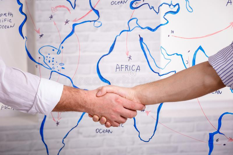 För partnerskaphandskakning för affär manligt begrepp Foto två mans handshakingprocess Lyckat avtal efter stort möte royaltyfri bild
