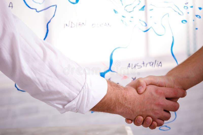 För partnerskaphandskakning för affär manligt begrepp Foto två mans handshakingprocess Lyckat avtal efter stort möte royaltyfri fotografi