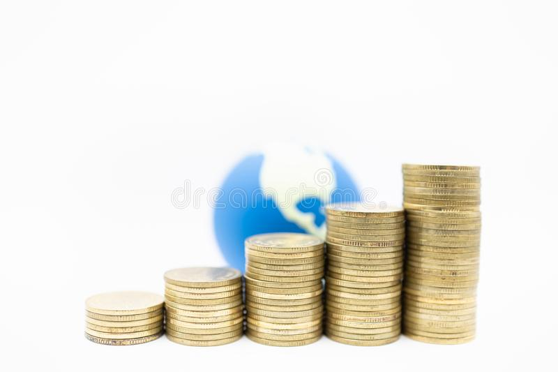 För pengar, säker och sparandebegrepp för global affär, Stäng sig upp av 5 rader av bunten av använda guld- mynt och den mini- vä royaltyfri bild