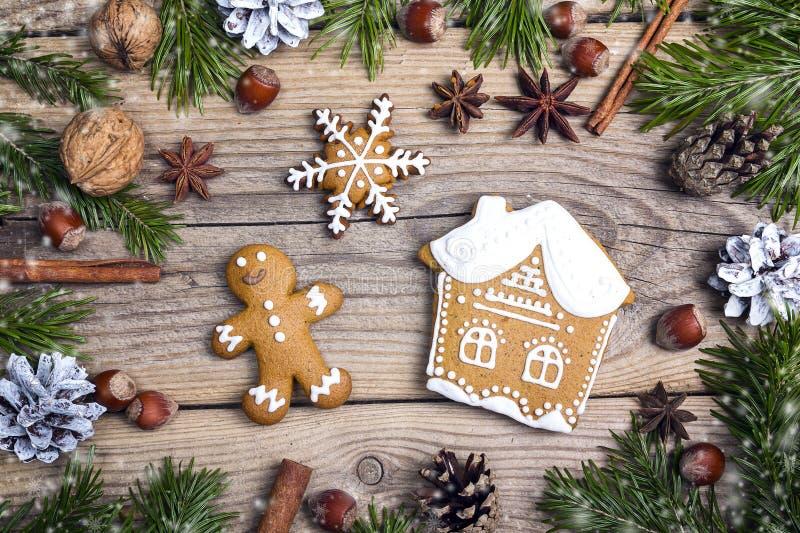 För pepparkakakakor för jul hemlagat hus och man på trät royaltyfri bild