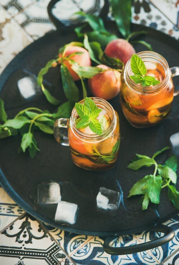 För persikais för sommar uppfriskande kallt te i glass krus royaltyfria bilder