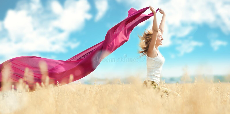 för picknickvete för fält lycklig kvinna arkivbild