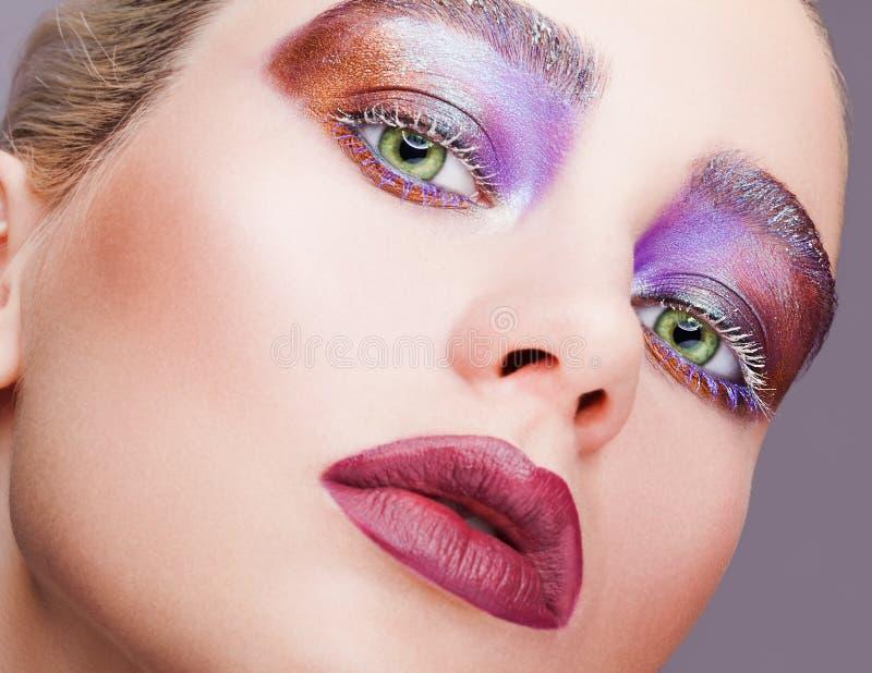 För pistaschfärg för kvinnlign synar det gröna ögat med aftonvioleten shado royaltyfria foton