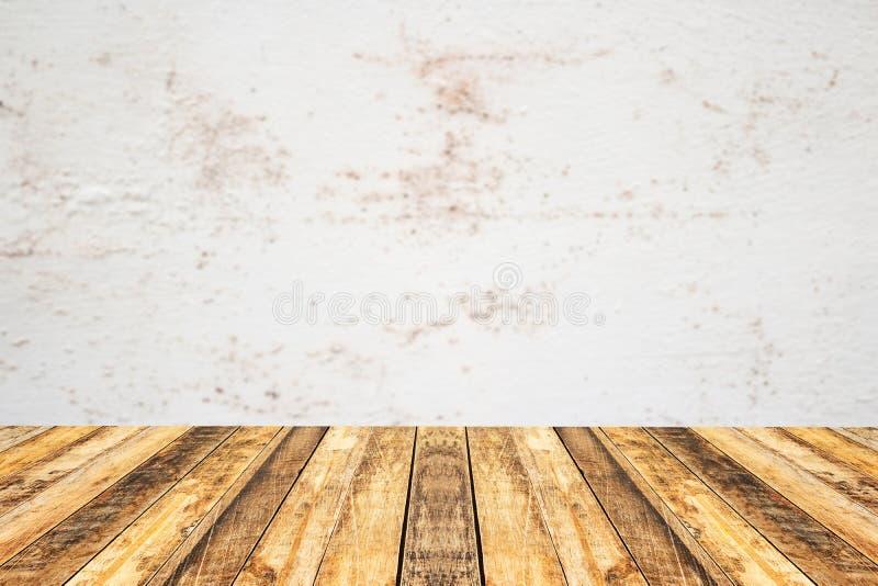 För plankatabell för tomt perspektiv wood överkant med gammal cementväggblac royaltyfri foto