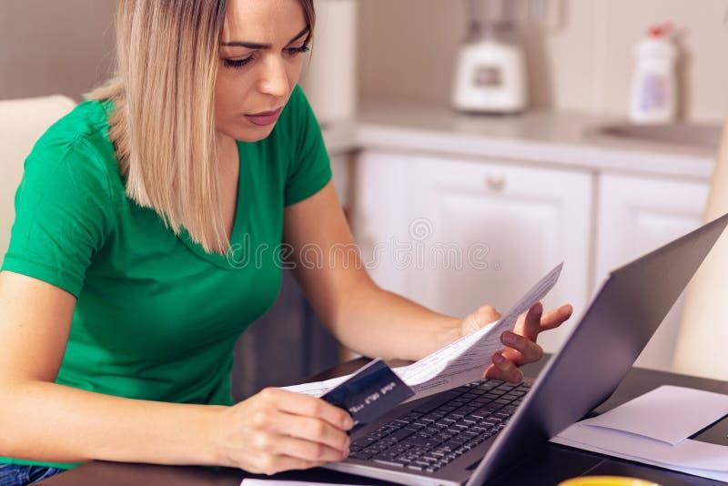 För planläggningsfamilj för kvinna hemmastadd budget och finanser fotografering för bildbyråer