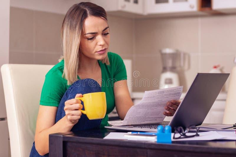 För planläggningsfamilj för olycklig kvinna hemmastadd budget och finanser arkivbilder