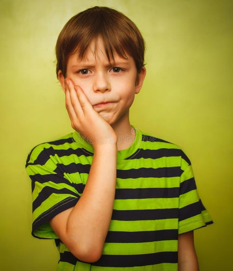 För pojkebarnet för den unga ungen tandvärk smärtar i mun, arkivfoton