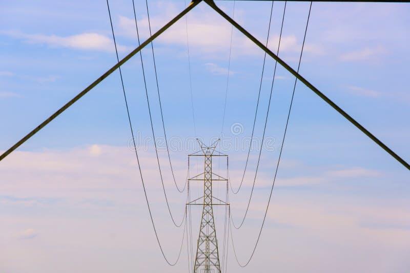 För polelektricitet för spänning hög linje bransch för teknologi för energi för trådmaktkabel arkivbilder