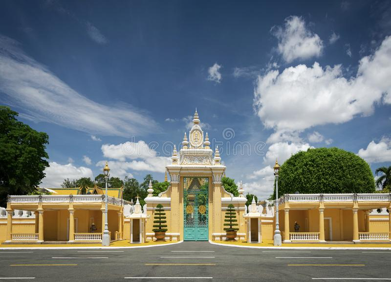 För portentance för kunglig slott yttersida i den Phnom Penh staden Kambodja fotografering för bildbyråer