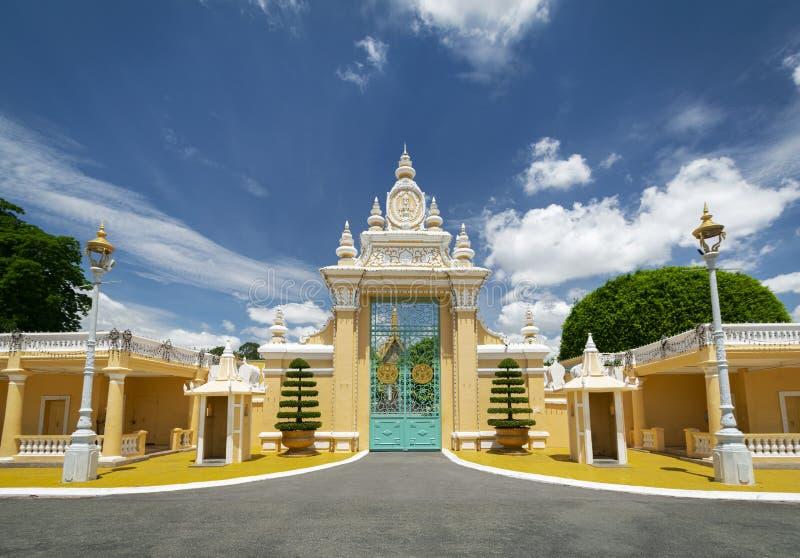 För portentance för kunglig slott yttersida i den Phnom Penh staden Kambodja royaltyfri foto