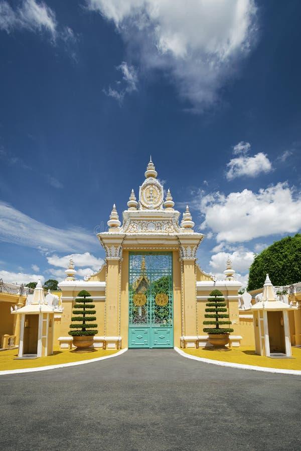 För portentance för kunglig slott yttersida i den Phnom Penh staden Kambodja royaltyfri bild