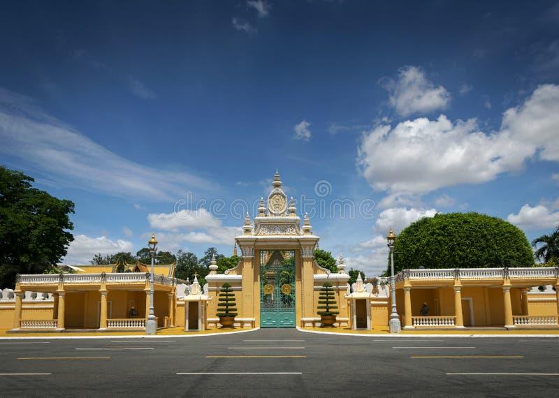 För portentance för kunglig slott yttersida i den Phnom Penh staden Kambodja arkivbilder