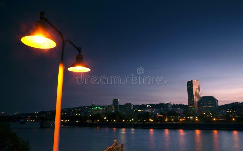 För Portland för Willamette flodstrand i stadens centrum horisont västra USA stad arkivbilder