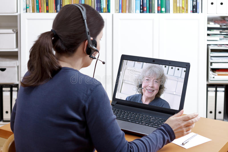 För pratstundfarmor för kvinnor videopp hörlurar med mikrofon royaltyfria bilder