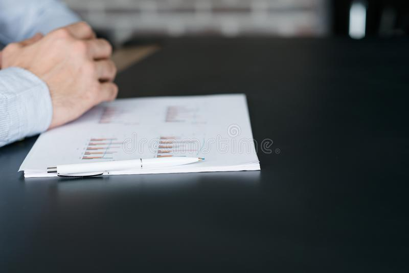 För projektchef för företags möte grafer för skrivbord arkivfoto