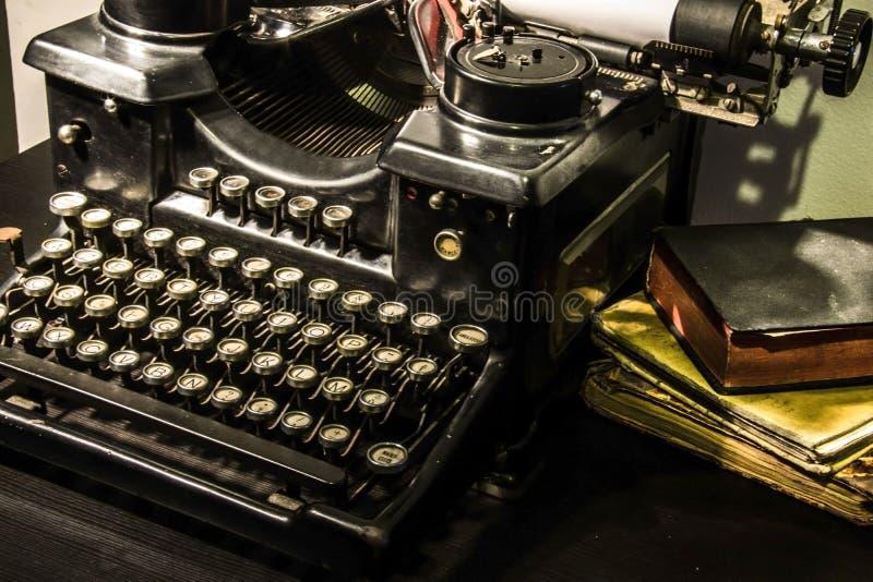 för prydnadpapper för bakgrund geometrisk gammal tappning gammal skrivmaskin arkivbilder