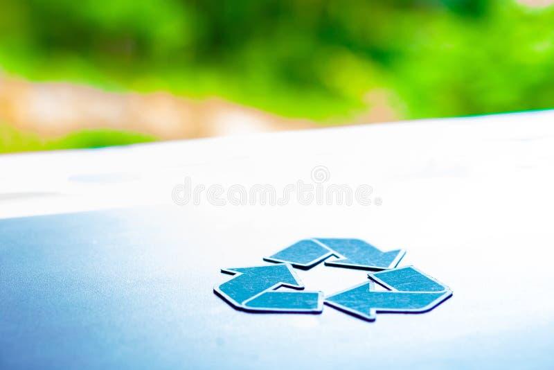 för räddningvärldsekologi för begreppet för miljövårdaren papper ut återanvänder royaltyfria bilder