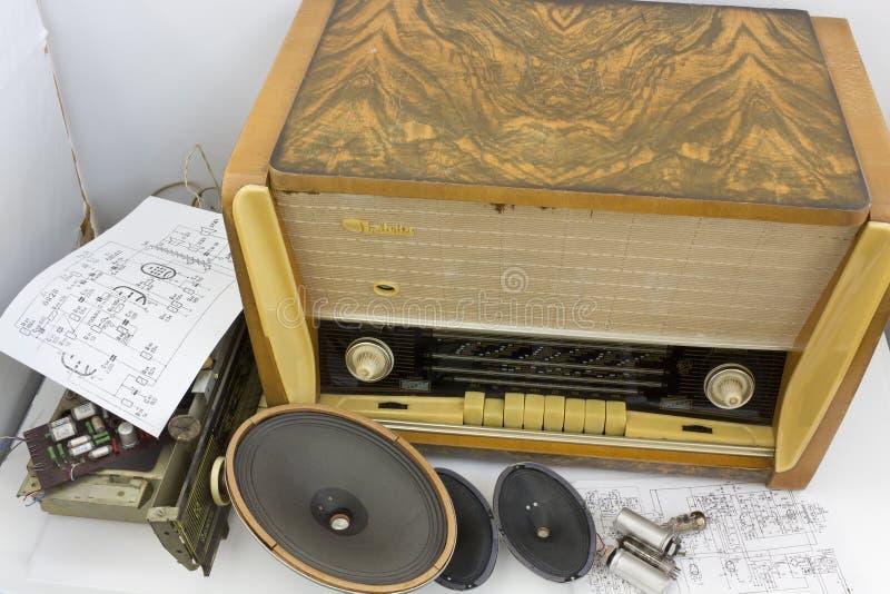 För rörradio för tappning retro reparation för mottagare royaltyfri bild