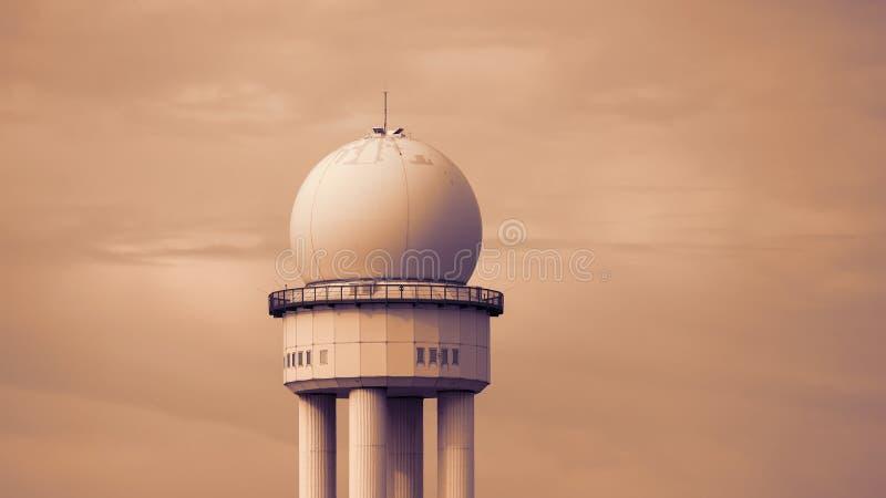 För radartornet för RRP 117 staden parkerar offentligt Tempelhofer Feld, den gamlaTempelhof flygplatsen i Berlin fotografering för bildbyråer