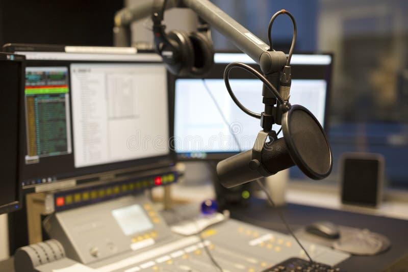 För radiostationradioutsändning för mikrofon modern studio royaltyfri bild