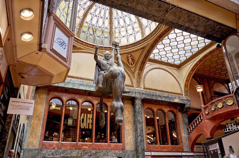 för republiktown för cesky tjeckisk krumlov medeltida gammal sikt VÃ-¡ clav på en upturned häst i Lucerne i Prague Skulptur av Da royaltyfri fotografi