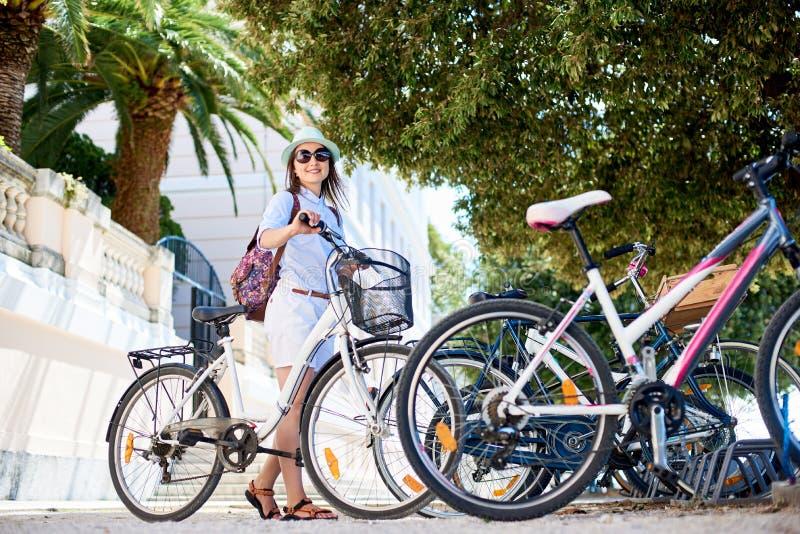 För ridningstad för ung kvinna cykel nära havet fotografering för bildbyråer